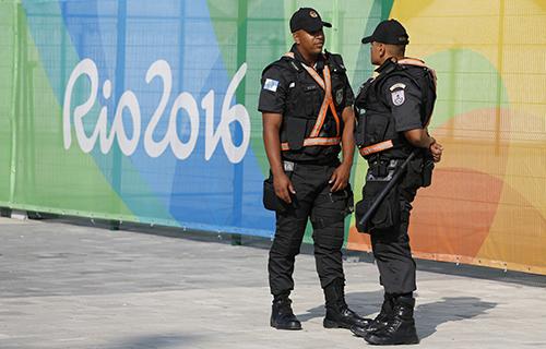 Seguranças patrulham os locais onde serão realizados os Jogos Olímpicos, jornalistas cobrindo o evento poderão fazer denúncias relativas à liberdade de imprensa ao Comitê Olímpico Internacional. (AFP/David Gannon)