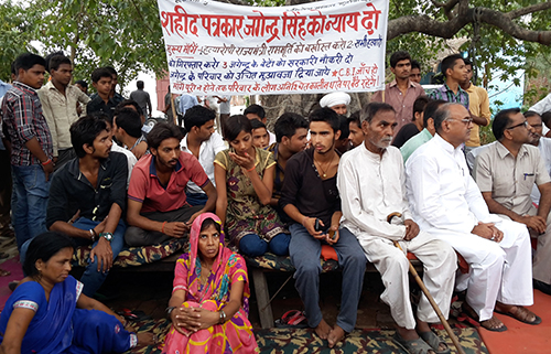Jagendra Singh's family protest outside the family home in June 2015 to demand an investigation into his death. (AFP/STR)