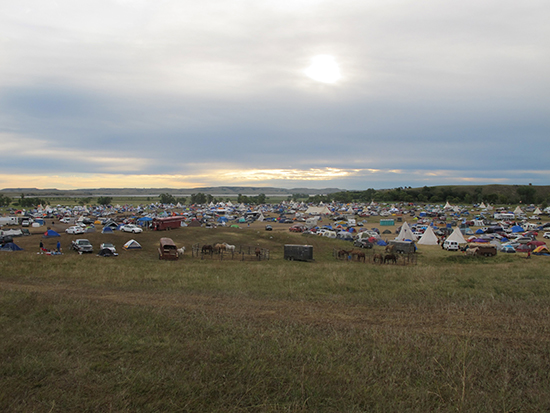 Roughly 1000 people gather to protest the construction of a pipeline near land reserved for Native Americans in the U.S. state of North Dakota, September 10, 2016. Authorities have issued a warrant for the arrest of broadcast journalist Amy Goodman on trespassing charges in connection with her coverage of the protest. (AP/James MacPherson)