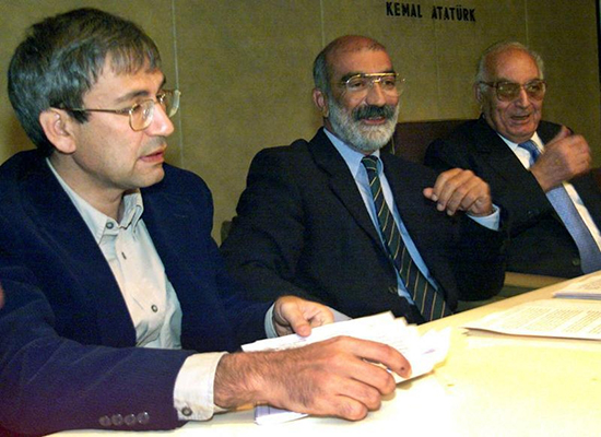 In this October 11, 1999, file photo, Turkish writers (left to right) Orhan Pamuk, Ahmet Altan, and Yasher Kemal hold a news conference to urge a peaceful resolution to the conflict with Kurdish separatists. Police detained Altan and his brother, Mehmet, on September 10, 2016. (Reuters)