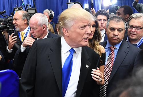 Donald Trump dialoga con periodistas después del primer debate presidencial en septiembre. Los periodistas están entre los grupos atacados por el candidato republicano durante la campaña. (AFP/Jewel Samad)