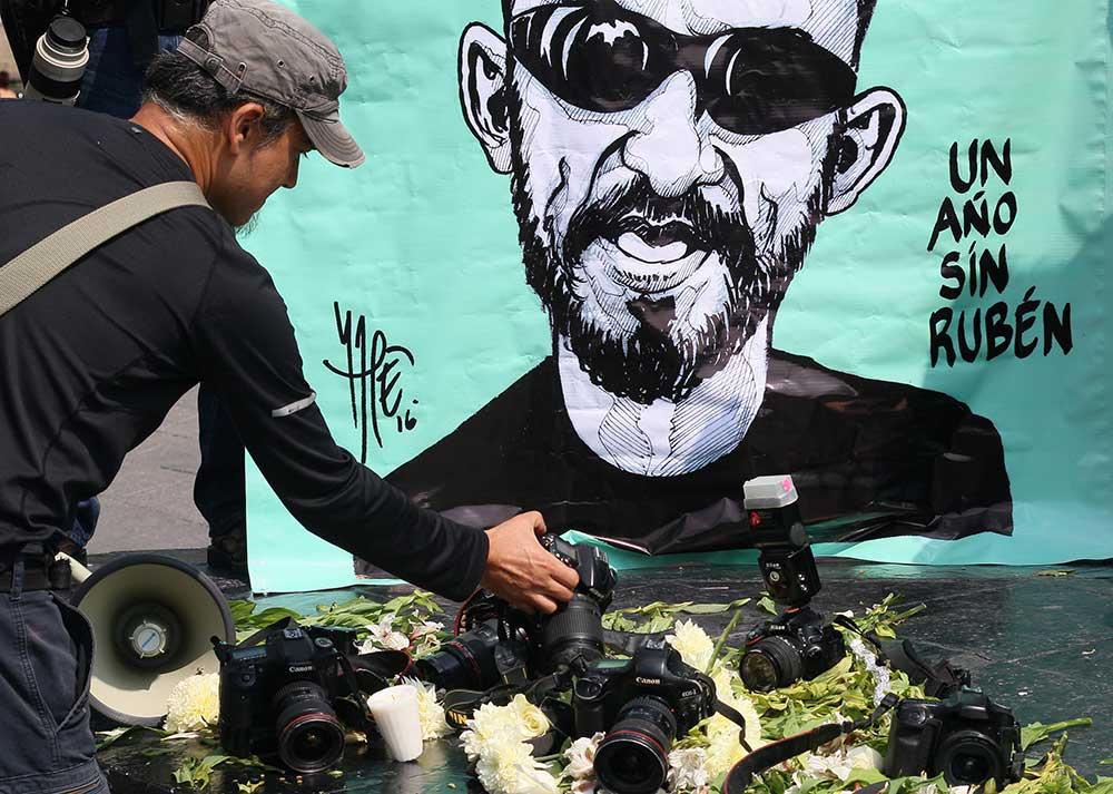 Un tributo al fotoperiodista Rubén Espinosa, quien fue asesinado en la Ciudad de México en 2015. Nadie ha sido sentenciado por el crimen. (AFP/Hector Guerrero)