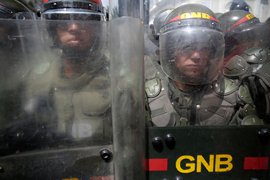 Forças de segurança Venezuelanas em uniformes antidistúrbios em frente à Assembleia Nacional em Caracas em 27 de outubro de 2016. (Reuters/Marco Bello)