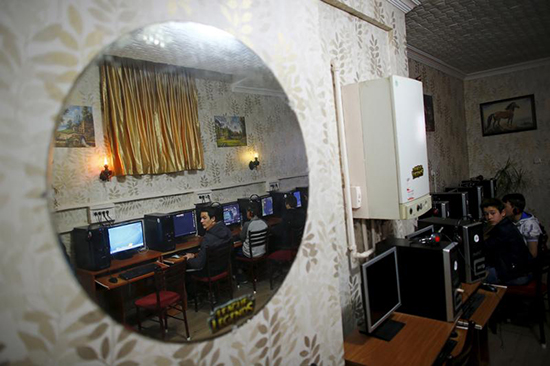 People use an internet cafe in Ankara, April 16, 2015. Turkish authorities have censored social media and news websites, and have sought to block access to tools for circumventing that censorship. (Reuters/Umit Bektas)