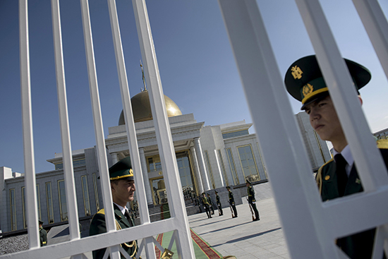 Presidential guards stand guard at the Oguzkhan Presidential Palace in Ashgabat, Turkmenistan, November 3, 2015. (Reuters)