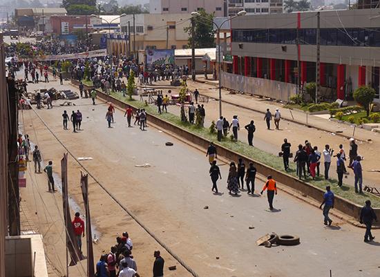 Protesters block a road in Bamenda, Cameroon, December 8, 2016. (Reuters)