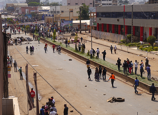 Protesters block a road in Bamenda, Cameroon, December 8, 2016. (Reuters)