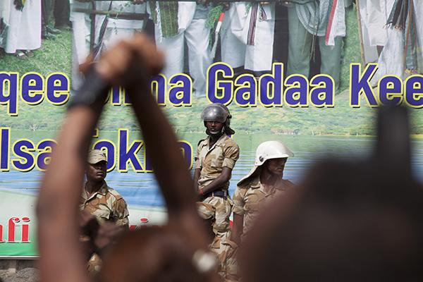 متظاهر في إثيوبيا يرفع يديه بإيماءة التضامن في أكتوبر/ تشرين الأول. وقد احتجزت السلطات صحفيين ممن غطوا حالة الطوارئ التي أعلنت عنها الحكومة في أعقاب الاضطرابات التي جرت في البلد. (وكالة الأنباء الفرنسية/ زكرياس أبو بكر)