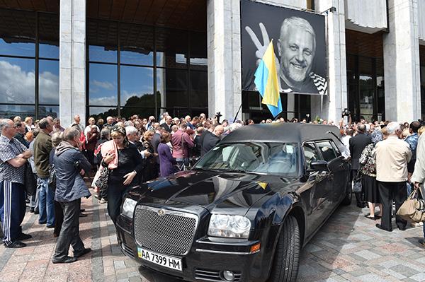 حفل تأبين في كييف لبافل شيريميت، الحائز على جائزة حرية الصحافة من لجنة حماية الصحفيين عام 1998 ، والذي قتل في تفجير سيارة في يوليو/ تموز. (أ ف ب / سيرجي  سوبينيسكى)