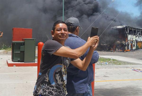 الصحفي المكسيكي ايليديو راموس زاراتي، في الصورة يغطي مظاهرات في أواكساكا، وقد قتل بالرصاص في يونيو/ حزيران. ( إل سور ديل  ايتسمو)