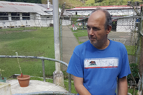 Dutch journalist Okke Ornstein, pictured in a prison compound in Panama, was jailed for criminal defamation. (CPJ/Jan-Albert Hootsen)
