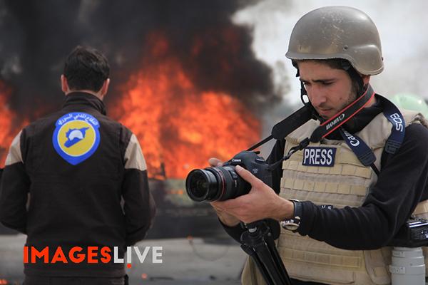 Fotoğrafçı ve video muhabiri Osama Jumaa Suriye'deki bir bombardımanın ardından haber yaparken öldürüldü. (Images Live)