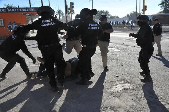 La policía golpea a un manifestante en Monclova, en el estado mexicano de Coahuila, durante una protesta sobre el alza de los precios del combustible, el 5 de enero de 2017. (Fidencio Alonso/Cortesía de Zocalo de Monclova, vía Reuters)