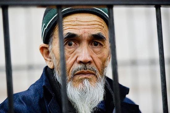 Journalist and human rights activist Azimjon Askarov looks through bars at his retrial near Bishkek, Kyrgyzstan, October 11, 2016. (AP/VladimirVoronin)