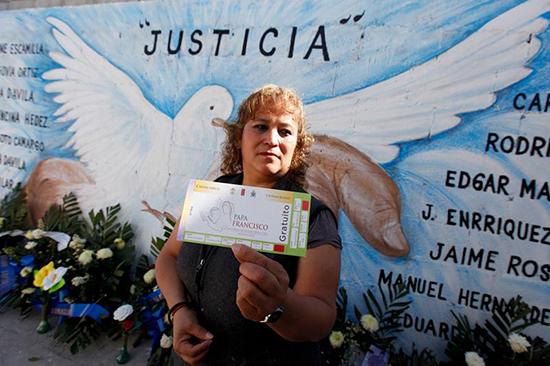 Luz Maria Dávila, cujo filho foi morto por violência de gangues no estado de Chihuahua, tem um bilhete para assistir a uma missa celebrada pelo papa Francisco no estado, 11 de fevereiro de 2016. (Reuters/Jose Luis Gonzalez)