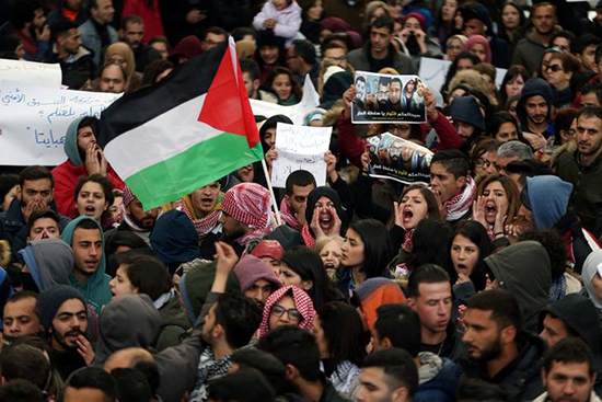 Palestinians protest against the Palestinian Authority in Ramallah, March 13, 2017. (Reuters/Mohammed Torokman)
