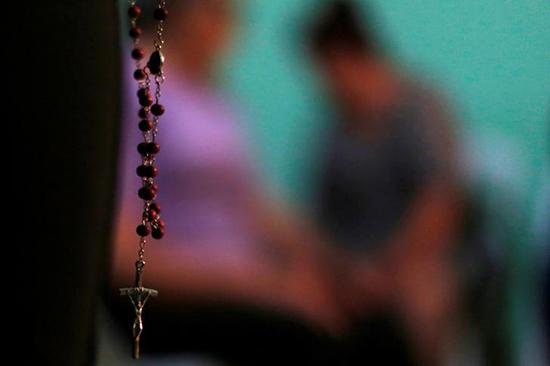 O familiar de um dos homens que foram encontrados em uma cova clandestina no estado mexicano de Veracruz reza durante reunião em Palmas de Abajo, em 16 de março de 2017. O estado tem sido o epicentro da violência entre grupos do crime organizado. (Reuters/Carlos Jasso)