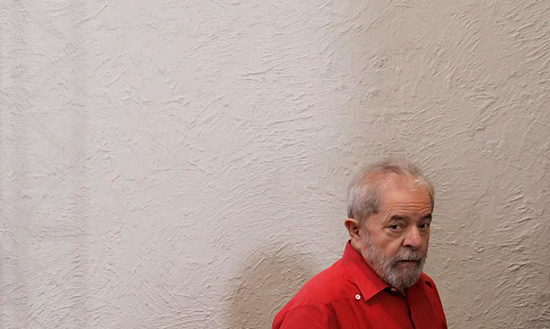 Police on March 21, 2017, searched blogger Carlos Eduardo Cairo Guimarães' electronic devices on suspicion that he had alerted suspects in a wide-ranging corruption investigation that police would question them. Former Brazilian President Luiz Inácio Lula da Silva, shown here at a March 24, 2017, event in São Paulo, was among those police questioned in the probe. (Reuters/Nacho Doce)