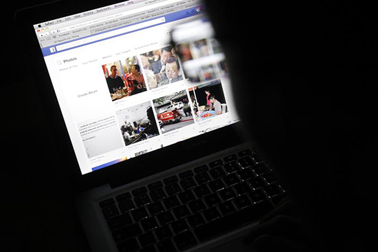 An Internet user looks at a Facebook page in an internet cafe in Hanoi, November 27, 2013. (Reuters/Kham)