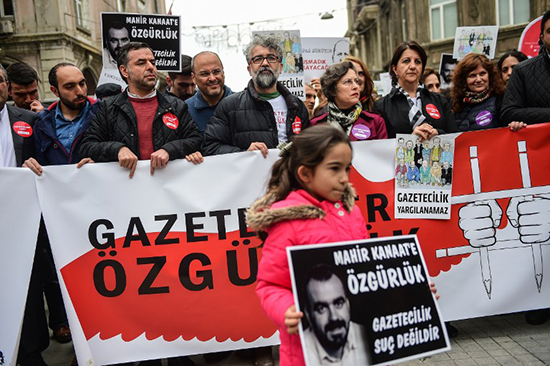 Opposition politicians and press freedom advocates call for the release of journalists jailed in Turkey in an April 9, 2017, protest in Istanbul. (AFP/Yasin Akgul)