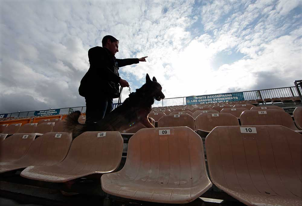 Ein französischer Polizist kontrolliert ein Stadion in Nizza mit einem Spürhund, Februar 2016. Nach einer Serie von Terroranschlägen haben Europas Städte ihre Sicherheitsmaßnahmen verstärkt. (Reuters/Eric Gaillard)