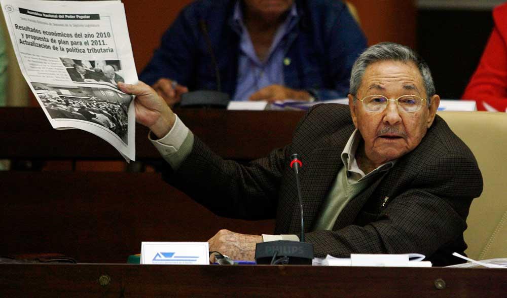 El presidente cubano Raúl Castro sostiene un ejemplar del periódico Juventud Rebelde en La Habana, en diciembre de 2010. Pese a algunas reformas en el ámbito de los medios, la libertad de expresión sigue objeto de restricciones. (AP /Ismael Francisco, Prensa Latina)