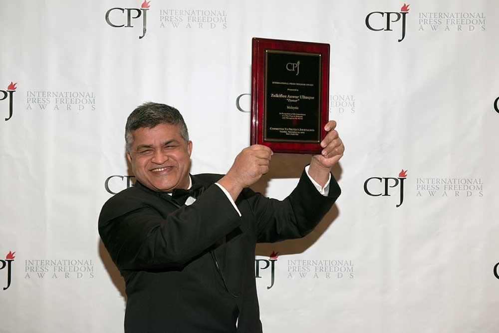 Le caricaturiste politique Zunar, acceptant ici le Prix international de la liberté de la presse décerné par le CPJ en 2015, encoure des dizaines d'années de prison suite à la publication de ses caricatures visant le Premier ministre Najib Razak. (CPJ)