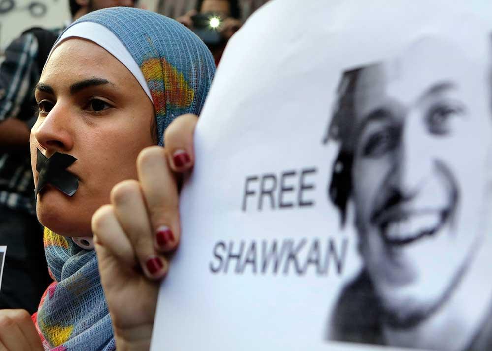 Manifestation contre l'emprisonnement du photojournaliste Mahmoud Abou Zeid, connu sous le nom de Shawkan, devant le syndicat des journalistes au Caire, le 12 juillet 2014. L'Égypte cherche depuis quelques années à faire taire ses critiques. (AP/Amr Nabil)