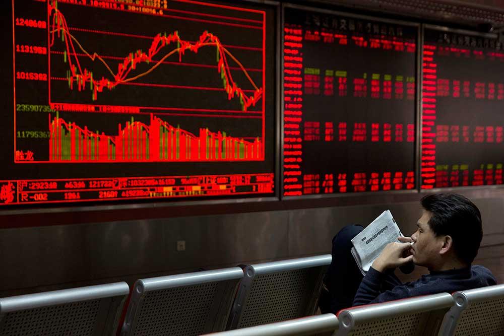 2016年2月,一个中国投资者在北京的一家经纪行观察股价。当局宣布了一项评估个人
