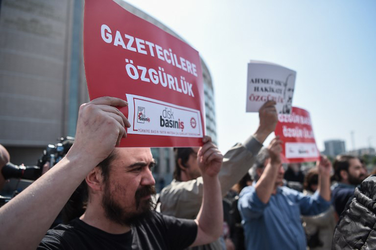 "Protesters hold signs saying ""freedom for journalists"" in Istanbul, May 3, 2017. (AFP/Ozan Kose)"