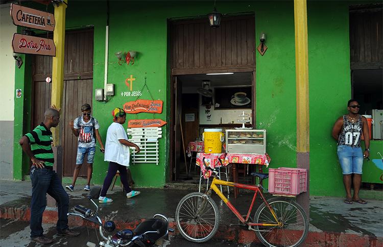 Una cafetería en Baracoa, Guantánamo. Agentes de la Seguridad del Estado detuvieron a un periodista de esta provincia cubana y se llevaron sus equipos de trabajo. (AFP/Yamil Lage)