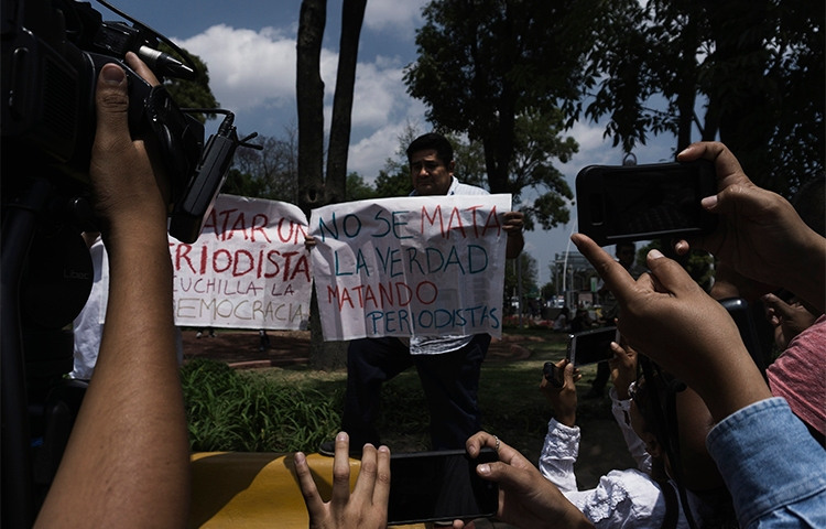 Manifestantes no México condenam a violência e o assassinato de jornalistas. No último ataque, um homem armado com uma faca cortou parte da orelha de um repórter no estado de Quintana Roo. (AFP / Hector Guerrero)