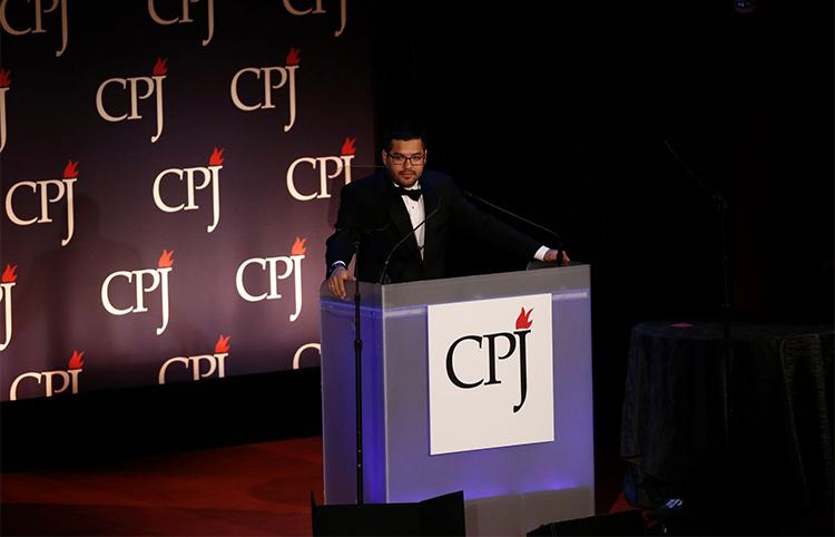 Óscar Martínez, aquí en los Premios Internacionales de la Libertad de Prensa 2016 del CPJ, dice que los periodistas tienen una responsabilidad de discutir el tema de la seguridad con sus fuentes. (CPJ/Getty/Jeff Zelevansky)