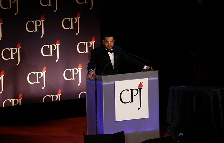 Óscar Martínez, pictured at CPJ's 2016 International Press Freedom Awards, says journalists should discuss safety with their sources. (CPJ/Getty/Jeff Zelevansky)