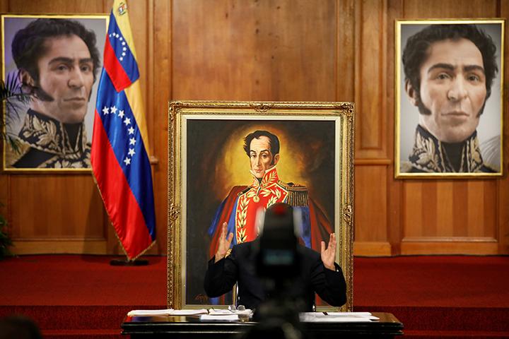 El presidente venezolano, Nicolás Maduro, está parcialmente cubierto por una cámara mientras se dirige a los medios durante una rueda de prensa en el Palacio Miraflores, en Caracas, Venezuela, el 17 de octubre de 2017. (Reuters/Carlos Garcia Rawlins)