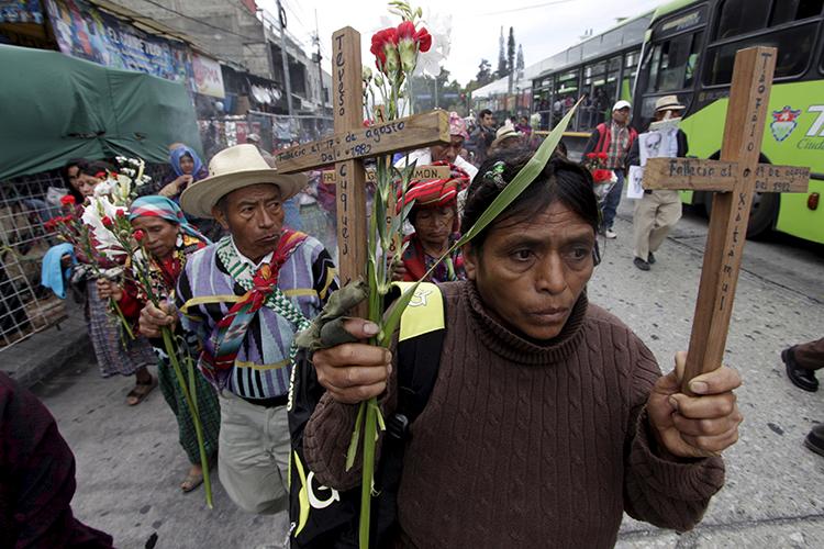 Los guatemaltecos recuerdan a las personas muertas en el conflicto civil de 36 años en Ciudad de Guatemala, el 25 de febrero de 2016. (Reuters/Josue Decavele)