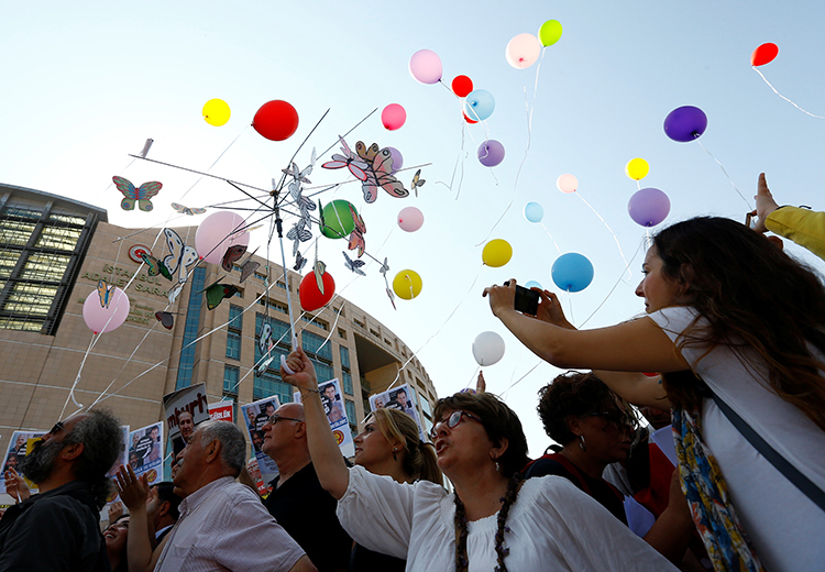 Journalists and press freedom advocates release balloons in front of the courthouse in Istanbul where 17 journalists and board members from Cumhuriyet newspaper were standing trial, July 24, 2017. (Reuters/Murad Sezer)
