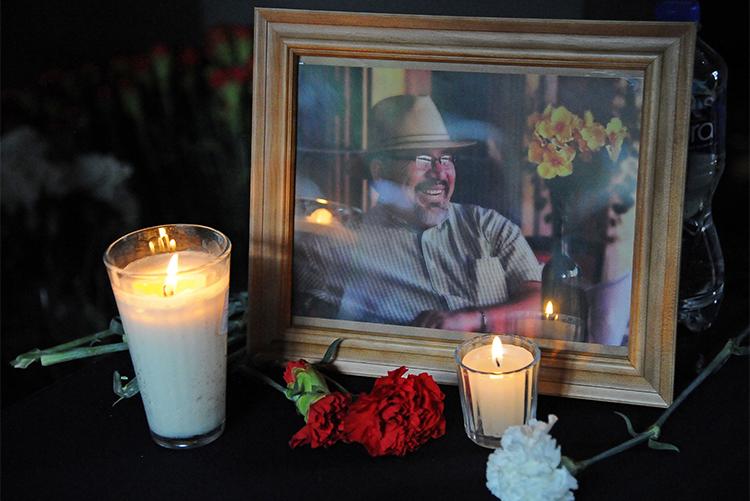 Un retrato de Javier Valdez en un homenaje en la Ciudad de México para celebrar la vida y reconocer el trabajo del periodista quien fue asesinado en mayo. (AFP/Bernardo Montoya)
