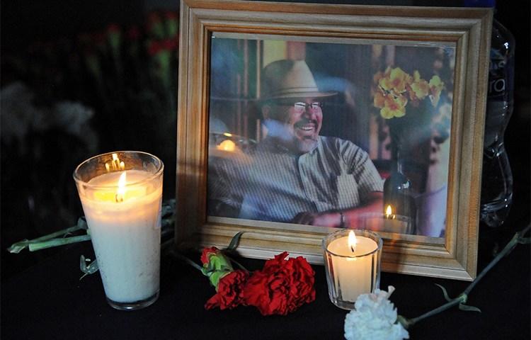 Um retrato de Javier Valdez em uma homenagem na Cidade do México para celebrar a vida e reconhecer o trabalho do jornalista que foi assassinado em maio. (AFP/Bernardo Montoya)