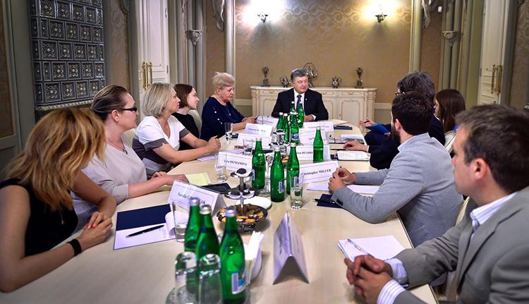 Ukraine's President Petro Poroshenko, center, meets a CPJ delegation in Kiev in July to discuss the investigation into Pavel Sheremet's murder. (Press service of the Ukrainian president)