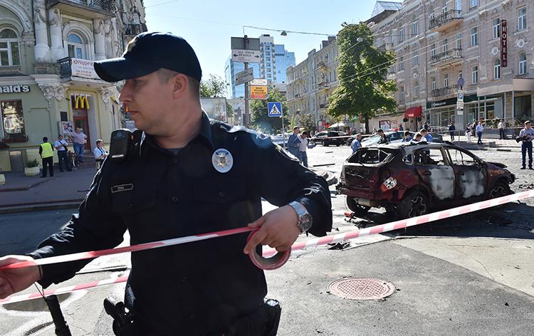 Полиция блокирует улицы Киева, где взрывное устройство уничтожило автомобиль, за рулём которого Павел Шеремет был 20 июля 2016 года. (АФП/Сергей Супинский)