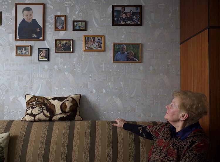 Людмила Шеремет, рассматривающая в своей минской квартире фотографии сына, говорит, что следователи редко сообщали ей о том, как идёт расследование убийства Шеремета. (Кристофер Миллер)