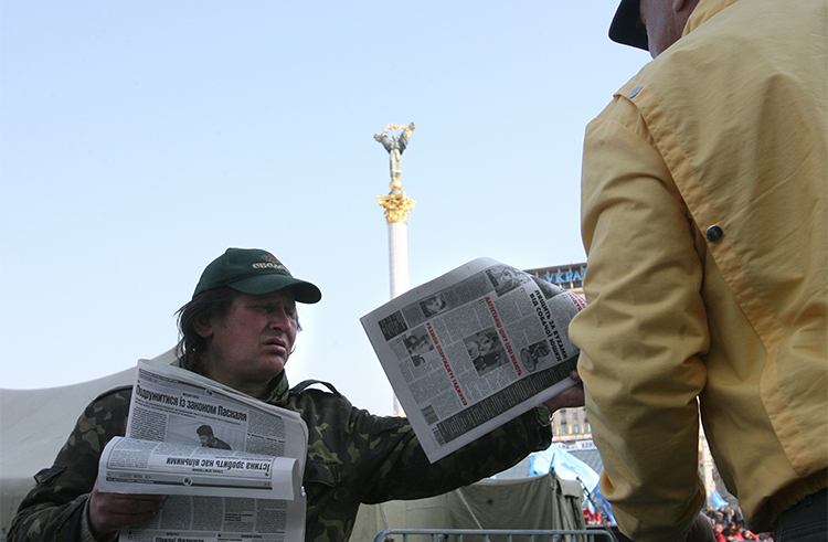 A newspaper vendor in Kiev in 2007. Security agents in the city have raided the offices of independent news website Strana. (AFP/Sergei Supinksy)
