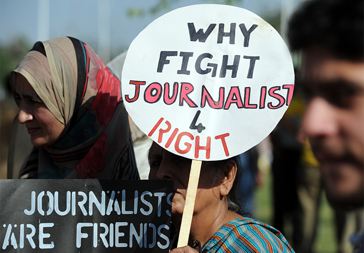 Journalists protest over the attack on a colleague in Islamabad in 2014. Pakistan's press has set up safety hubs in response to the attacks and threats the media recieve.(AFP/Aamir Qureshi)