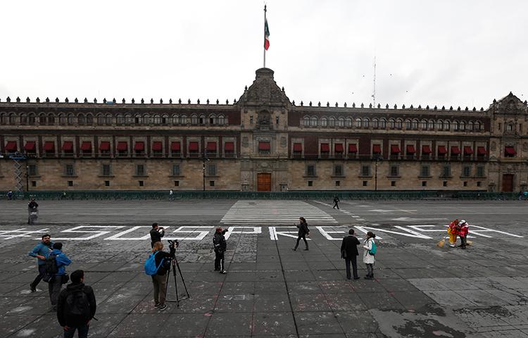 Um jornalista e um fotógrafo colocam fotos de um jornalista morto no ano passado, no estado mexicano de Veracruz, como parte de uma manifestação em 24 de agosto de 2017. Veracruz é o lugar mais letal do hemisfério ocidental para os jornalistas, de acordo com a pesquisa do CPJ. (Reuters / Henry Romero)