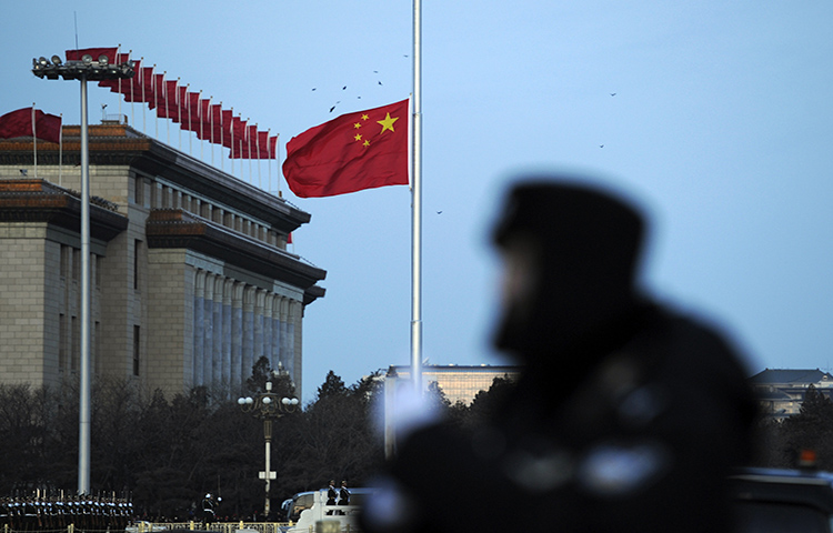 A Chinese police officer stands watch near the Tiananmen Square in Beijing on March 5, 2010. Beijing municipal police reportedly detained the journalist Ding Lingjie in the eastern Shandong province on September 22, 2017. (AP/Andy Wong)