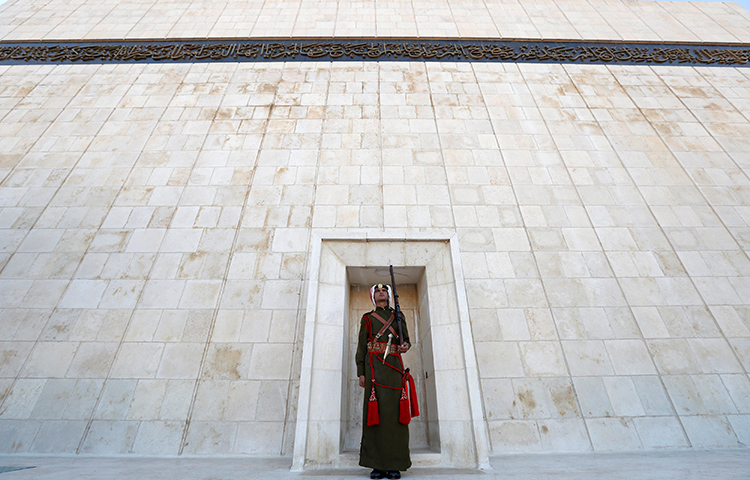 A Jordanian Bedouin honor guard stands guard after the ceremony of reopening the Martyrs' Memorial and Museum in Amman, Jordan on December 12, 2016. The head of a Jordanian trade regulatory body on publicly accused a regional press freedom group, the Center for Defending Freedom of Journalists (CDFJ), of failing to properly register as a non-profit organization. (Reuters/Muhammad Hamed)