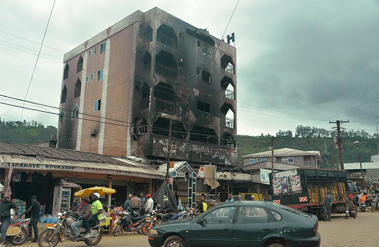 Un hôtel détruit par le feu pendant les manifestations à Bamenda, une ville située dans le Nord-Ouest du Cameroun. Les journalistes qui font des reportages sur les troubles dans les régions anglophones du Cameroun risquent d'être poursuivis en vertu de la loi anti-terroriste du Cameroun. (AFP/Reinnier Kaze)