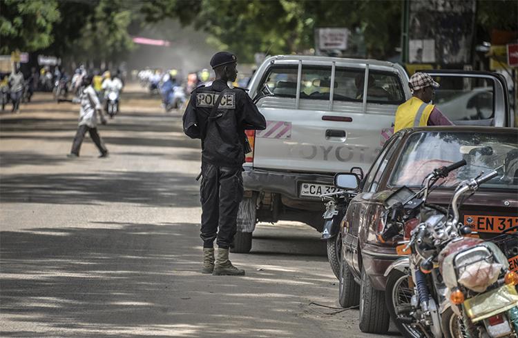 Un policier camerounais patrouille dans la ville de Maroua au nord du Cameroun, en septembre 2016. Ahmed Abba, un journaliste de RFI, a été arrêté dans cette ville en juillet 2015. (AFP/Reinnier Kaze)