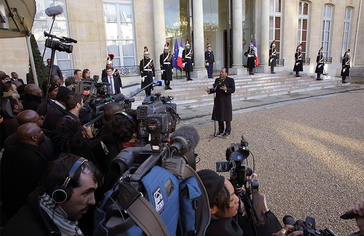Le Président Paul Biya discutant avec des journalistes à Paris, France en 2013. Le parlement a révisé la constitution en 2008 pour supprimer les limites au mandat présidentiel. (Reuters/Philippe Wojazer)